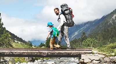 Man met zoon op vakantie in het buitenland