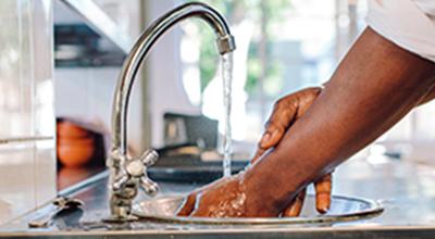 Afbeelding van iemand die zijn handen wast om besmetting te voorkomen