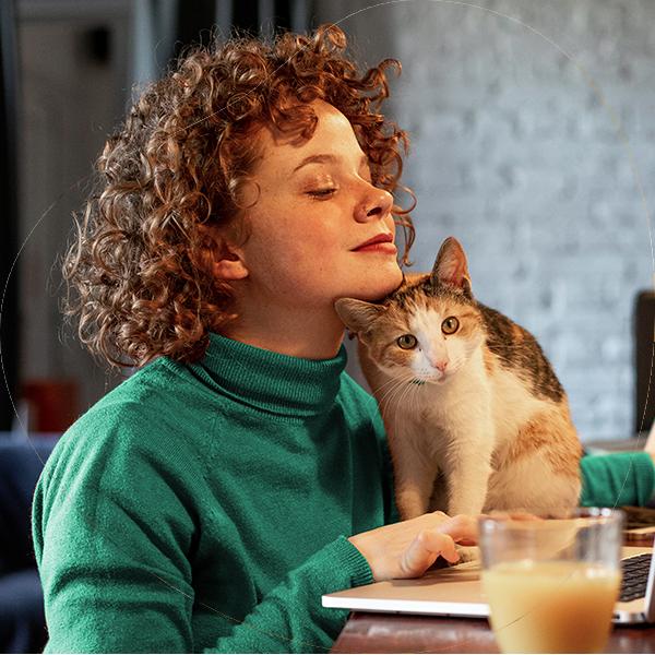 Vrouw met kat en laptop