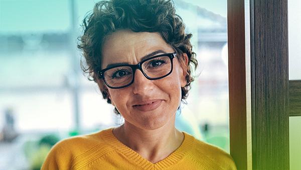 Vrouw met bril kijkt in de camera
