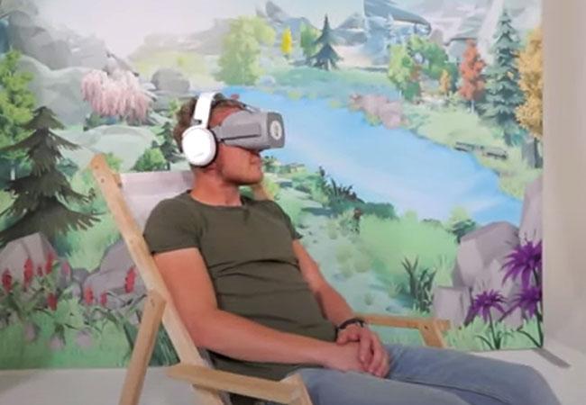 Jongen met VR-bril tijdens de VGZ Mindfulness VR-Experience