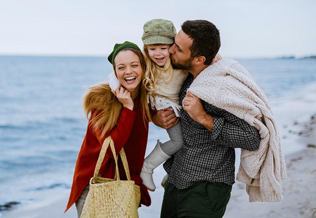 Vader, moeder en kind aan zee