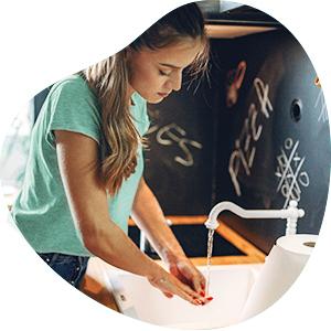 Vrouw wast haar handen zoals wordt aangeraden