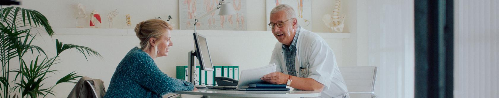 Afbeelding van een arts en patiënt die overleggen over een second opinion