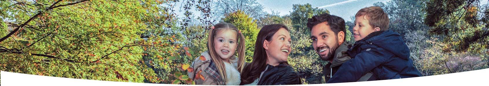 Gezin met twee kinderen in het park in Den Haag