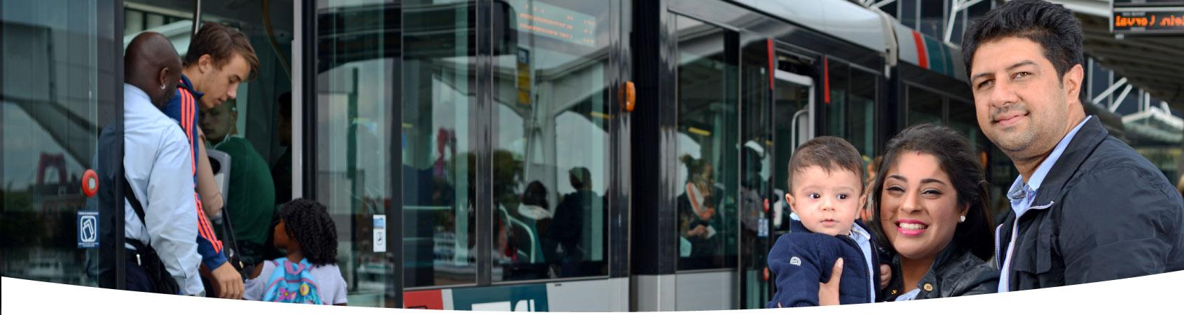 Gezin in Rotterdam wacht op de tram