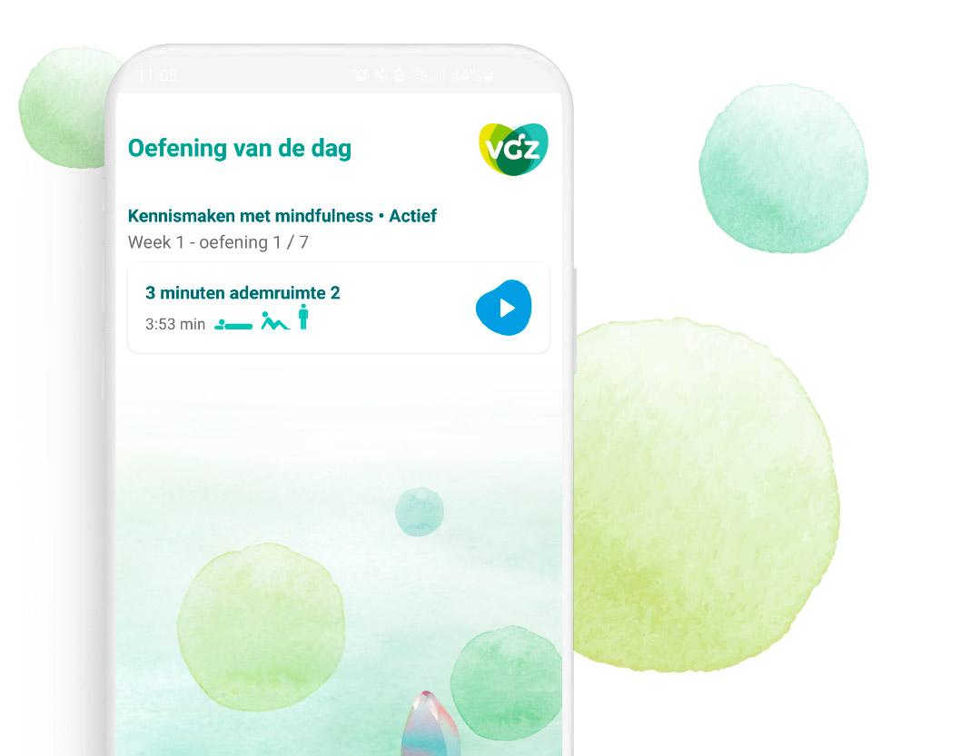 Afbeelding van een telefoon met op het scherm de VGZ Mindfulness coach app