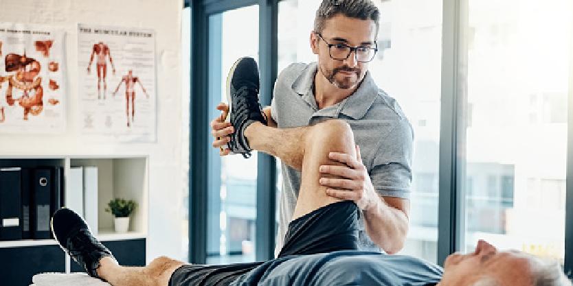 Oudere man krijg fysiotherapie