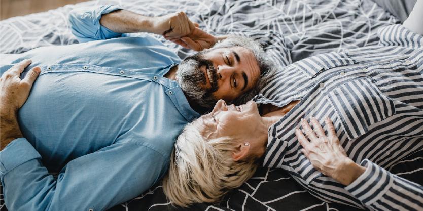 Man en vrouw liggen op bed te praten