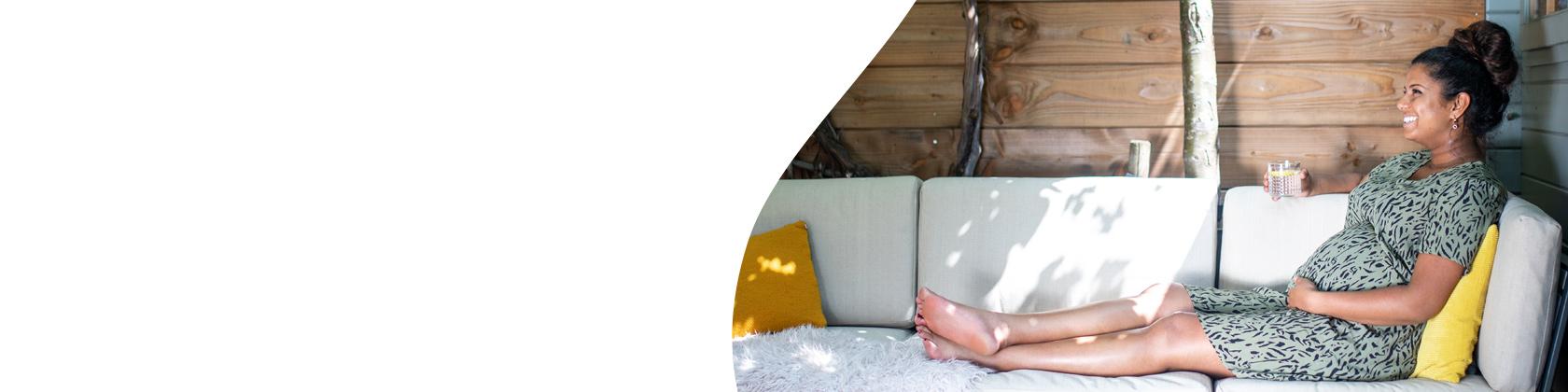 foto van gelukkige en relaxte zwangere vrouw