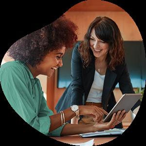 Twee vrouwelijke collega's met ipad