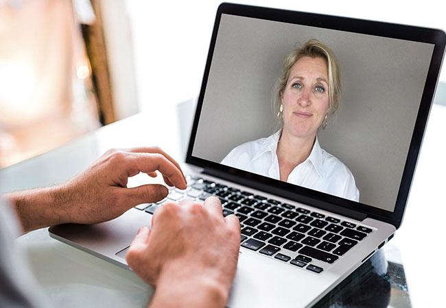 Laptop met beeld van een webinar van leefstijlcoach Tamara de Weijer