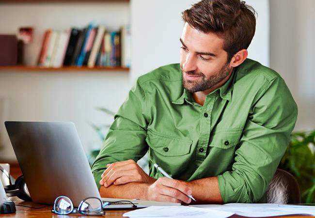 Man aan het werk achter zijn laptop