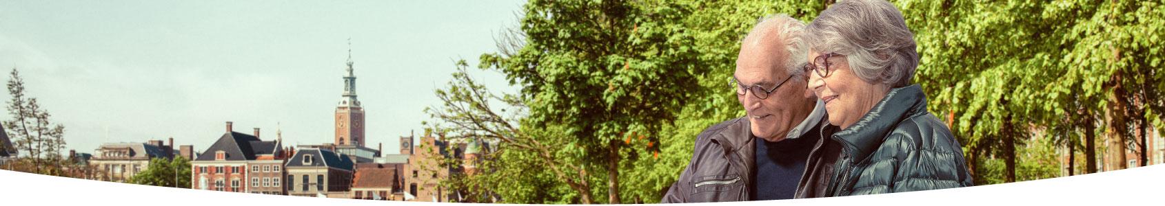 Ouder koppel bij de Hofvijver in Den Haag