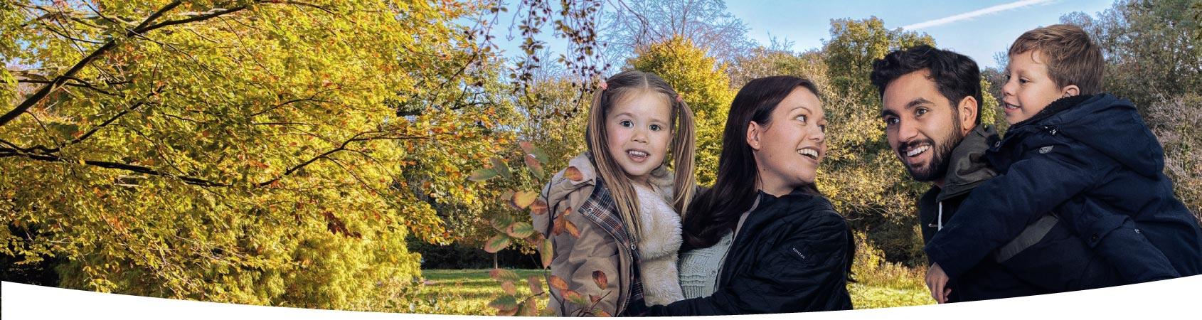 Gezin met twee kinderen in het bos in de herfst